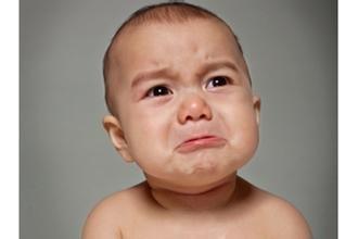 表情不哭图片双手捧两眼红表情包腮花痴心宝宝图片